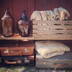 Fint o fult i Bunge, Fårösund, Gotland – Gotlandstips.se   #gotland #gotlandstips #sweden #bunge #fårösund #vintage #patina #loppis #barn #lada #koffertar