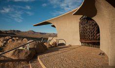 Não sei se dá pra ter muita noção só com essa foto, mas achei a casa muito foda como um todo: http://www.fubiz.net/2014/06/24/desert-house-by-kendrick-bangs-kellogg/