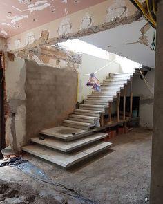 Beste Betontreppen Innentreppen Ideen im Jahr 2020 Home Stairs Design, Stair Railing Design, Interior Staircase, Stairs Architecture, Modern Home Interior Design, Modern House Design, Stair Treads, House Stairs, Basement Stairs