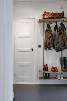 Fina listverk & en vacker spegeldörr finns bevarad Garage Renovation, Wardrobe Rack, Interior Decorating, Entryway, Furniture, Home Decor, Ikea, Closets, Dreams