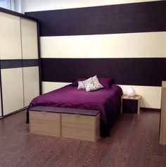 Dormitorio con suelo laminado Faus y cabecero con revestimiento de pared Domidecor Piel