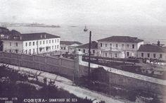 Os pavillóns do Sanatorio de Oza. Muro de peche deseñado por Julio Galán. Ao fondo os pavillóns 1 e 2, e o persoal sanitario (191?). (Antiga tarxeta postal. Foto Ferrer)