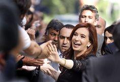 Cristina Fernández recibe el saludo del público antes de reunirse con dirigentes de CONINAGRO, el 17 de octubre de 2011