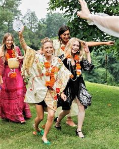 How cute is this photo of Mary-Kate and Ashley at their friend Cassie Coane& wedding? Plus, 11 summer dresses inspired by the Olsen twins& bridesmaid style. Mary Kate Ashley, Ashley Olsen Style, Olsen Twins Style, Rupaul, Mary Kate Olsen Wedding, Olsen Sister, Shooting Photo, Cassie, Gymboree