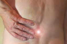 Uma receita elementar e barata: elimina artrite, dor ciática e dor nas costas. What Is Fibromyalgia, Fibromyalgia Pain Relief, Chronic Pain, Knee Arthritis, Rheumatoid Arthritis, Essential Oils For Fibromyalgia, Chronischer Stress, Stress Relief, Causes Of Back Pain