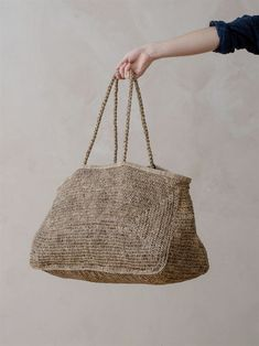 this oversized raffia bag is everything! i love the quirky shape, dirty tones and huge size. this bag gives me serious inspo! i want to pick up my crochet hook and make one like this right now. Crochet Handbags, Crochet Bags, Basket Bag, Purse Patterns, Knitting Patterns, Crochet Shell Stitch, Knitted Bags, Handmade Bags, Bag Storage