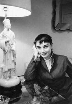 Audrey Hepburn candid | Audrey Hepburn dans les Studios de la Cinecittà en 1958, avec Peter ...