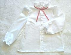 Camisa branca de algodão de manga cheia e gola de folhos subida com fita de veludo rosa velho - White cotton shirt with full sleeves and ruffled collar with pink velvet ribbon