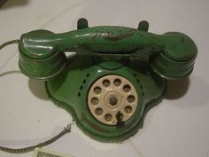 Vintage Metal Tin Phone Child Toy - Rings Neo I had a black one. Vintage Tins, Vintage Metal, Vintage Antiques, Vintage Phones, Vintage Telephone, Antique Phone, Antique Toys, Metal Toys, Tin Toys