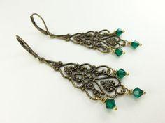 Lang Emerald kroonluchter oorbellen Boulder Brass door Jalycme