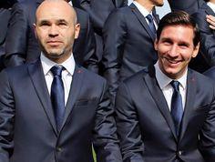 El capitán del Barça, Andrés Iniesta, junto a Lionel Messi. Ambos con el traje oficial del equipo.