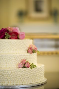 """""""Pearl"""" wedding cake accented with spray roses and ranunculus. Photo: Stephanie Ascari Photography"""