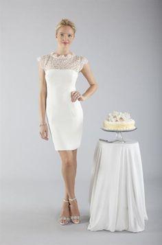 Прямое белое платье футляр