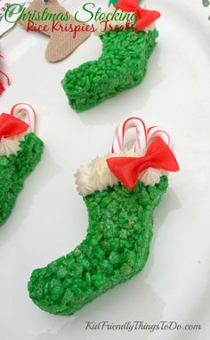Christmas Stocking Rice Krispies Treats with easy Fruit Roll Up Bo… I love these! Christmas Stocking Rice Krispies Treats with easy Fruit Roll Up Bows, stuffed with candy canes! So awesome for a fun food at Christmas! Rice Crispy Treats Christmas, Christmas Snacks, Christmas Baking, Christmas Fun, Christmas Parties, Homemade Christmas, Christmas Recipes, Christmas Cookies, Xmas Food