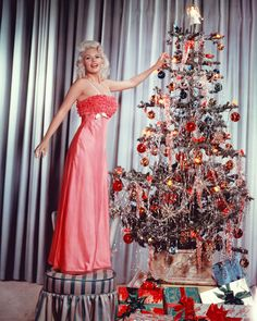 The glamorous Jayne Mansfield placing the angel topper on her Christmas tree in 25 Incredible Pictures Of Christmas Past Vintage Christmas Photos, Vintage Holiday, Christmas Pictures, Jayne Mansfield, Form Design, Vestidos Zara, Moda Vintage, Vintage Pink, Noel Christmas