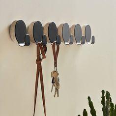 Met zijn ronde vorm en eenvoudig ontwerp, is Haak van Woud zowel een mooi als functioneel stuk. Dit kapstokje zal orde brengen waar je het ook maar wil. Hallway Lighting, Minimal Decor, Hallway Decorating, Wall Hooks, Simple Designs, Sconces, Kitchen Decor, Hanger, Sweet Home
