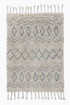 Ryamatta i mjuk bomull med inspiration av marockanska mönster. Tjocka, flätade fransar. Lugghöjd ca 30 mm. Stl 170x240 cm.<br><br>För ökad säkerhet och komfort, använd halkskyddsmatta som håller din ryamatta på plats. Halkskyddsmattan finns i flera olika storlekar. <br><br>100% bomull<br>Rengörs genom dammsugning/skumtvätt