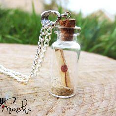 """Collier sautoir en chaîne fiole en verre et parchemin dans du sable """"une bouteille à la mer"""" (personnalisé avec message au choix)"""