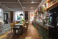 Casa Cor SP: 4 cozinhas integradas e futuristas que você vai querer ter - UOL Estilo de vida Interior Design Photography, Küchen Design, Sweet Home, Loft, Table, Furniture, Home Decor, Small Houses, Interiors