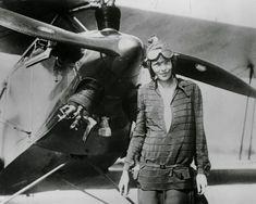 L'aviatrice Amelia Earhart fotografata dopo aver sorvolato l'oceano Atlantico, nel 1928
