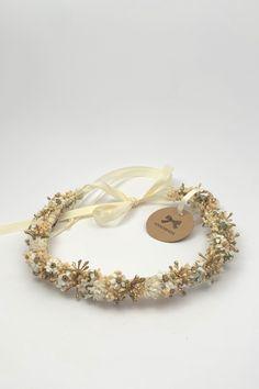 Zauberhafter Haarkranz. Mit viel ♥ aus Österreich. #Haarkranz #Blumenkranz #flowercrown #wedding #hair #bridesmaid #bridehair #brautjungfer #braut #wedding2020 #getrockneteblumen #Kaufsinn #madeinaustria #madewith3 #white #creme #gold Creme, Gold, Wedding Rings, Engagement Rings, Bracelets, Jewelry, Fashion, Different Fruits, Dried Flowers