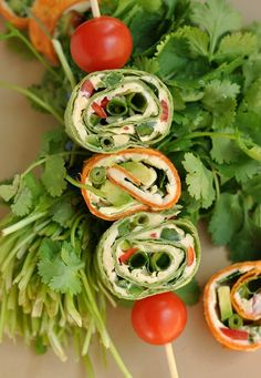 These spicy pepper jack mexican pinwheels are full of flavor! Serve them up on a stick or simply pile them on a plate for a yummy snack/appetizer. Carnitas, Barbacoa, Tostadas, Tacos, Pinwheel Sandwiches, Wrap Sandwiches, Pinwheel Appetizers, Yummy Snacks, Healthy Snacks