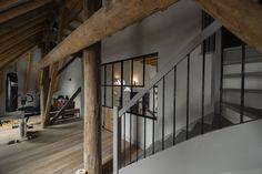 gym in prachtige ruimte onder het schuine dak. houten vloer. Living Spaces, Divider, Stairs, Warm, Interior Design, Modern, Furniture, Home Decor, Nest Design