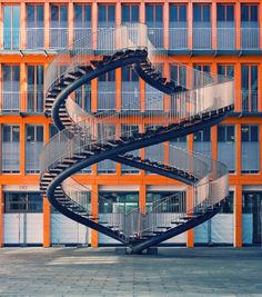 """Philipp Klinger Photography """"Endless"""" Sculpture in the yard of the KPMG building in Munich"""