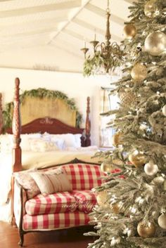 Cozy cheerful farmhouse chrismas bedroom (39)