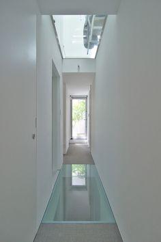 2階廊下。上のガラス床を通して見えるのはダイニングチェア。