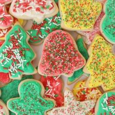 This cut out sugar cookie recipe produces buttery, soft cookies that hold their shape. A great recipe for Christmas cookies! Buttery Sugar Cookies, Valentine's Day Sugar Cookies, Sugar Cookie Icing, Iced Cookies, Sugar Cookies Recipe, Holiday Cookies, Good Peach Cobbler Recipe, Best Peach Cobbler, Christmas Tree Crafts