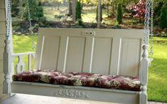 Schaukel zum Aufhängen mit Rückenlehne aus einer alten Tür