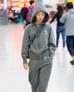 ec0e8f38e2209  SundayStreetStyle  ZhouDongyu brings the PJ ensemble back into airport  fashion.  周日