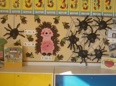 Herfst prikbord! Leuk bij VLL kern 2. Woordje oog onbreekt nog bij de egel. Egel en eikels gemaakt van de handen van de kinderen. De aangeboden klinkers van kern 1 en 2 van VLL verwerkt in de klinkerspin. In cooperatieve werkvorm in tweetal woorden op de poten schrijven met de klinker die op het lijfje staat. Toddler Worksheets, Halloween, Crafts For Kids, Classroom, Display, Teaching, Education, Spin, Hedgehog