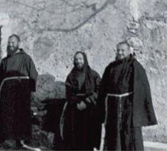 Un giovane Padre Pio (al centro) in un momento di svago con i confratelli