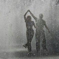 Cute Romantic Couples Black And White Photography In Rain Rain Dance, Dancing In The Rain, Kissing In The Rain, Dancing Couple, Couple In Rain, Couples Slow Dancing, Night Couple, Couple Art, Rain Pictures