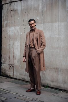 London Fashion Week Men's Street Style - Men's style, accessories, mens fashion trends 2020 Older Mens Fashion, Mens Fashion 2018, Latest Mens Fashion, Men's Fashion, Fashion Styles, Fashion Trends, Fashion Tips, Fashion Dresses, British Mens Fashion