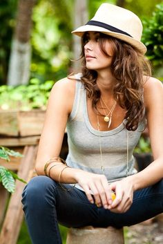 Cool boy-meets-girl style: tank, jeans, fedora love the layering of the necklaces and bracelets to accessorise a simple outfit. Fedora Outfit, Fedora Hat Women, Look Boho Chic, Riding Hats, Horse Riding, Summer Hats For Women, Cute Hats, Outfits With Hats, Skinny