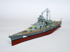"""Model niemieckiego pancernika Bismarck, typu Bismarck. Prezentowany model w malowaniu z dnia 27 maja 1941 roku, a więc z chwili zatonięcia. Długość modelu 36 cm. Model plastikowy z elementami fototrawionymi, ręcznie złożony i ręcznie pomalowany w skali 1:700.   """"Bismarck"""" (031945) - this is model of German Battleship Bismarck, the type of Bismarck. This model in the painting dated 27 May 1941, so when sunk. Lenght 36 cm (centimetres). Plastic models with metal elements, hand-glued and…"""