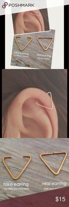 Schmuck Ohrringe ❗️Sales❗️Real or Fake Triangle Cartilage Hoop Boutique - Schmuck ohrri. ❗️Verkauf❗️Real or Fake Triangle Knorpel Hoop Boutique - Schmuck ohrringe - . Piercing Cartilage, Cute Ear Piercings, Fake Piercing, Helix Piercing Jewelry, Mouth Piercings, Fake Gauges, Ear Piercings, Make Jewelry, Tatuajes