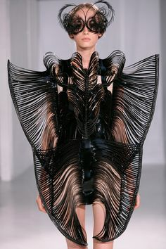 CAPRIOLE - Iris van Herpen made her debut in Paris as member of the Chambre Syndicale de la Haute Couture with this collection. Besides being a compilation of highlights from previous collections,. Iris Van Herpen, Fashion Art, Fast Fashion, Fashion Show, Fashion Design, Express Fashion, Rocker Chic, Alexandre Mcqueen, Alexander Mcqueen Couture