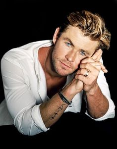 Chris Hemsworth is enlisted to celebrate the holidays with Vanity Fair. Photographed for a special cover feature by Bruce Weber, Hemsworth poses for charming… Chris Hemsworth Thor, Chris Hemsworth Tattoo, Bruce Weber, Snowwhite And The Huntsman, Hemsworth Brothers, Australian Actors, Actrices Hollywood, The Avengers, Thor Marvel