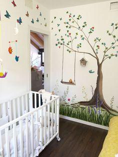 Detalle de habitaci n infantil rbol pajaritos de colores for Habitaciones infantiles garabatos