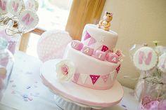 Tarta fondant para mesa dulce en tonos rosa para el bautizo de una nena #tarta #bautizo #fondant #mesadulce