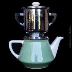 """Très jolie cafetière """"Salam"""" modèle déposé en porcelaine et inox. Fabrication Villeroy & Boch - France Bon état      •    Époque : 1950-1960     •    Dimensions : hauteur 27 cm, diamètre 10 cm, largeur 24 cm     •    Poids du colis : 1,300 Kg"""