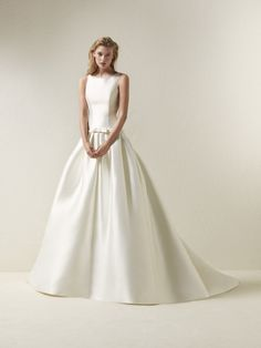 Dradine- You will be surprised by the elegance of this magnificent dress in Mikado. The full drop-waist skirt is fitted to the body with a discreet bowed belt. And the bateau neckline, front and back, fit snugly to the body, streamlining the silhouette and accentuating the wearer's sensuality.