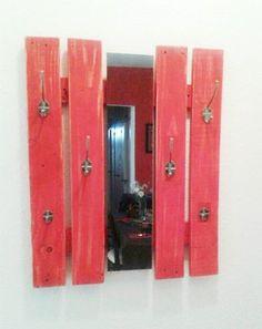 Perchero con madera de pallets con espejo