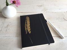 ein buch für jeden anlass: für deine notizen, idee, skizzen, tagebucheinträge, gäste, rezepte ...  gestaltet und bestempelt mit einer goldenen feder.  wenn ihr ein muster, einen text, eine...