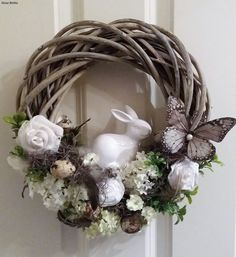 Mini wreaths  pinchesofwisdom.com #EASTER #liveyourbestlife #pinchesofwisdom Easter Wreaths, Holiday Wreaths, Diy Ostern, Easter Crafts, Bunny Crafts, Easter Decor, Easter Ideas, Egg Decorating, Easter Eggs