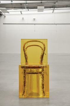 Jaeuk Jung, Amber Chair, preserving immortal memories. Jaeuk Jung staat kritisch tegenover de maatschappij en wil kijkers aan het denken zetten. In deze serie heeft hij geprobeerd herinneringen voor eeuwig vast te leggen. Wat ik erg inspirerend vind is dat hij niet zijn gedachten heeft getekend, maar een object waar herinneringen aan zijn verbonden als kunstobject verheft.